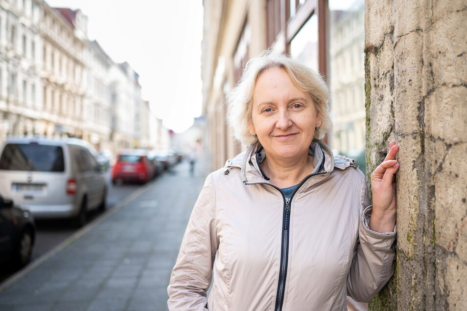 """Jolanta Steciuk aus der Nähe von Warschau ist Teilnehmerin beim Projekt """"Stadt der Zukunft auf Probe"""". Hier steht sie vor dem Kolabor in der Hospitalstraße 29, wo sie arbeitet."""