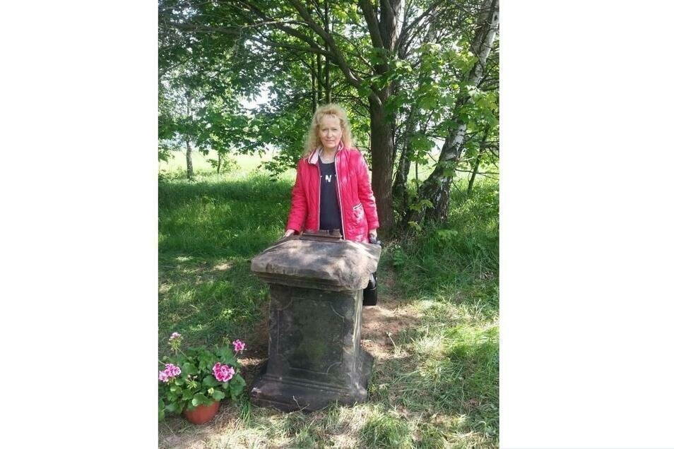 Der wuchtige Stein vor Renate von Babka ist der Sockel eines eisernen Wegkreuzes.