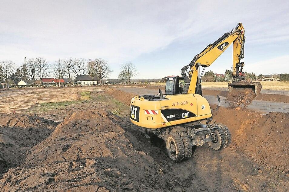 Parallel zur Erschließung des neuen Wohngebiets wird die Fläche für den künftige Friedhof Mühlrose vorbereitet. Der Mutterboden wurde weggeschoben, um ihn später wiederverwenden zu können.