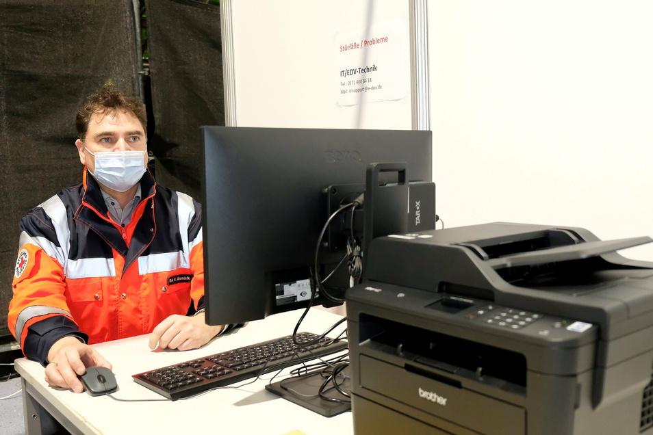 Falk Glombik sitzt an einem der Computerplätze am Eingang der Sachsenarena. Hier werden die Impfwilligen registriert.