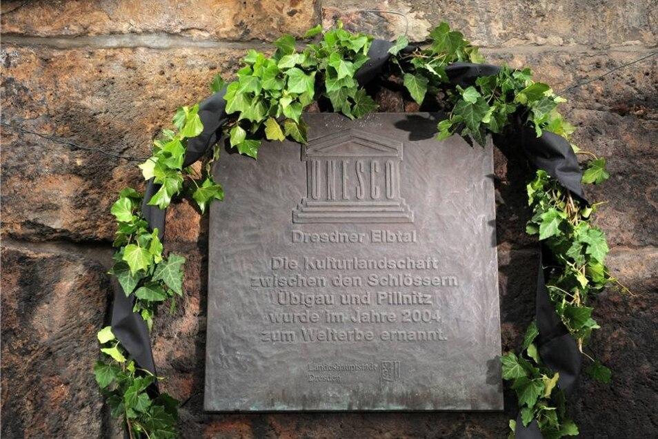Bürgerentscheid 2005  An der Pillnitzer Landstraße wurde 2005 eine Tafel aufgehangen, die das Dresdner Elbtal als Unesco-Welterbe ausweist.