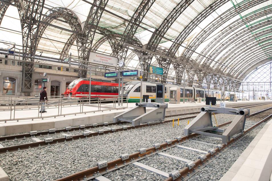 Die meisten Gleise in der Mittelhalle sind schon erneuert. Aber wegen Corona ist gerade wenig Betrieb in der zentralen Station.