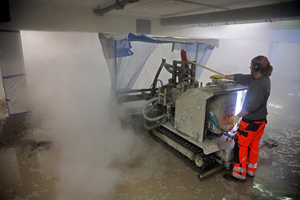 Ist laut und macht Dreck: Dieser Roboter auf Ketten ist derzeit in der Tiefgarage der Riesaer Sparkassen-Zentrale unterwegs. Er arbeitet mit Wasser - und einem Druck von 3.000 bar.
