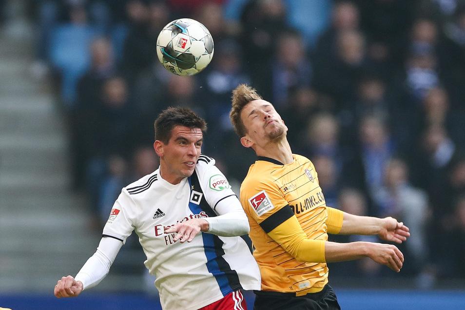 Hamburgs Christoph Moritz (l) und Dresdens Jannik Müller kämpfen um den Ball.