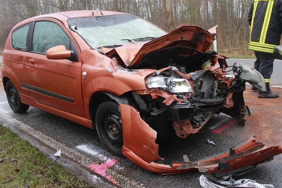 Der Fahrer des Wagens konnte sich aus dem Wrack bfreien, erlitt aber schwere Verletzungen.