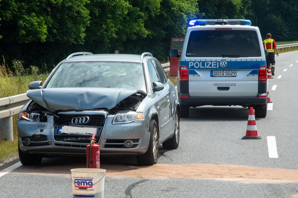 Dieser Audi ist eines von drei Fahrzeugen, die an einem Unfall am Dienstagnachmittag zwischen Burkau und Kamenz beteiligt waren.