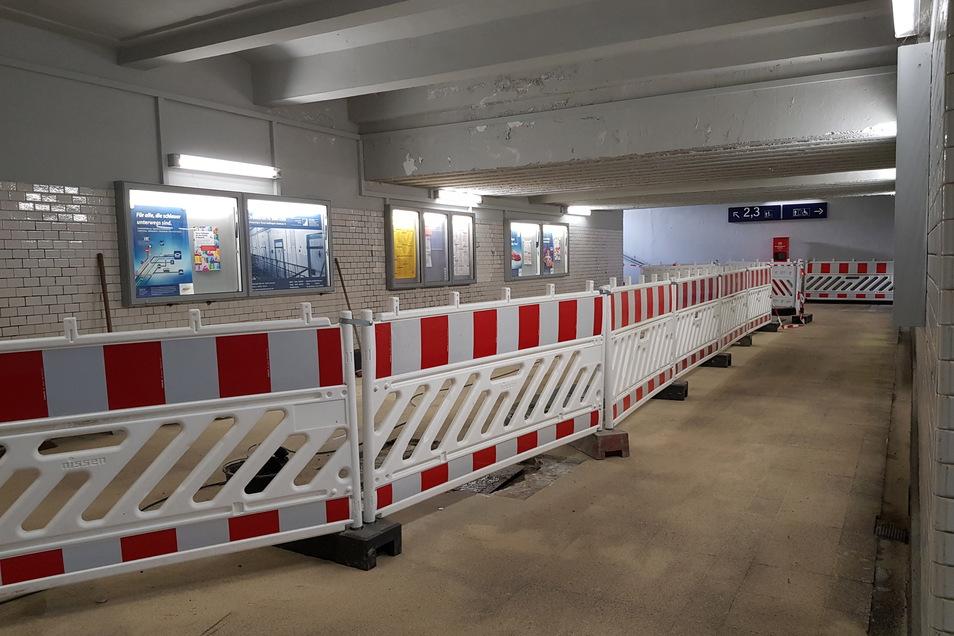 In der Unterführung des Bautzener Bahnhofs wird gerade der Fußboden erneuert.