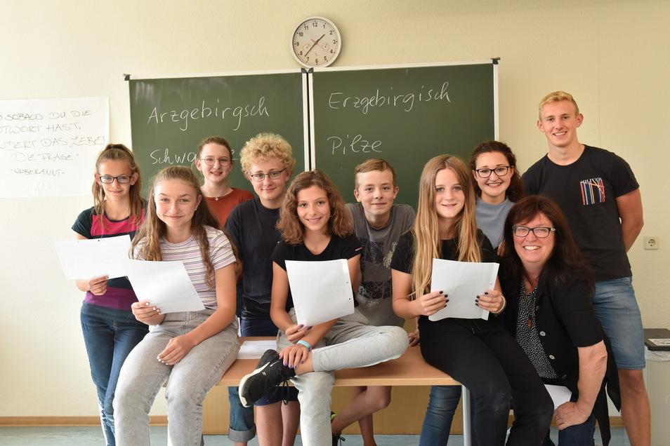 Der Teil der Mundart-AG des Gymnasiums Altenberg, der für den Freitag probt, mit Lehrerin Katrin Legler (r.).