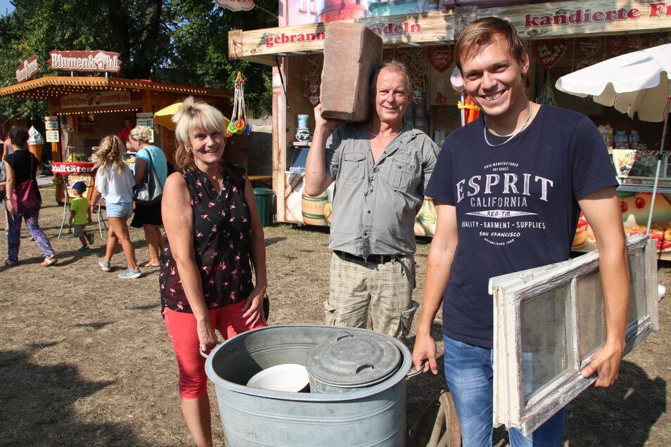 Hobbyhistoriker Lothar Sembner sowie Detlef und Corina Scholz sind extra aus dem brandenburgischen Spremberg angereist. Sie waren begeistert.
