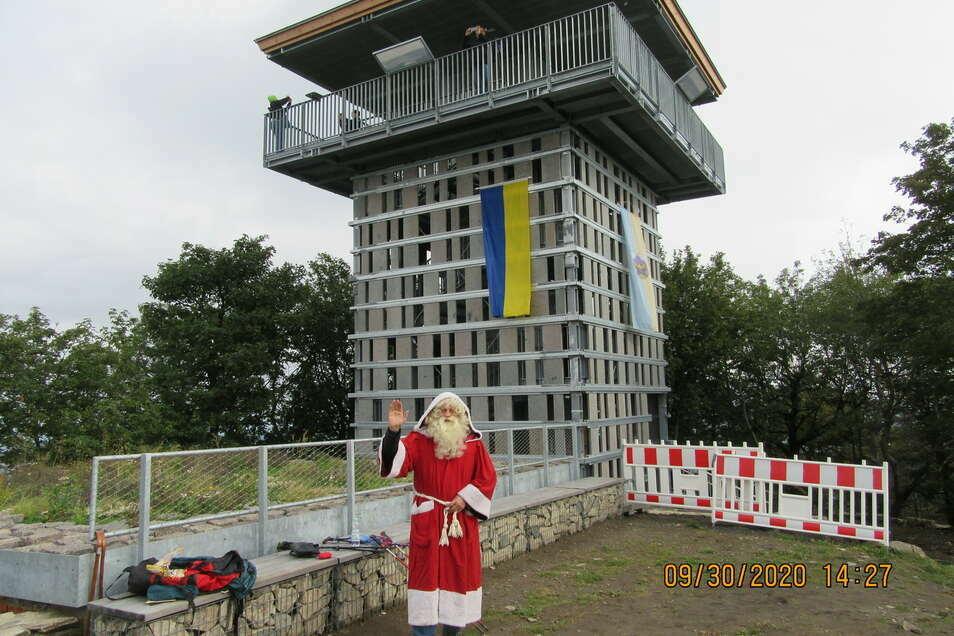 Der Fotobeweis: Der Weihnachtsmann war schon am neuen Lausche-Turm.