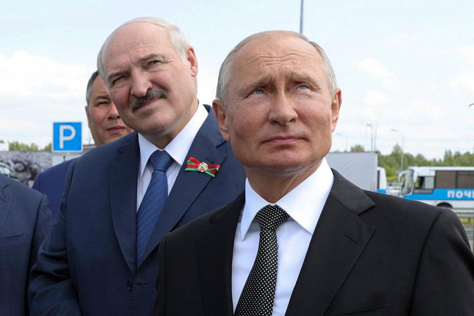 Alexander Lukaschenko, Präsident von Belarus, und Wladimir Putin (r), Präsident von Russland, nehmen an der Zeremonie zur Einweihung eines Weltkriegsdenkmals teil.
