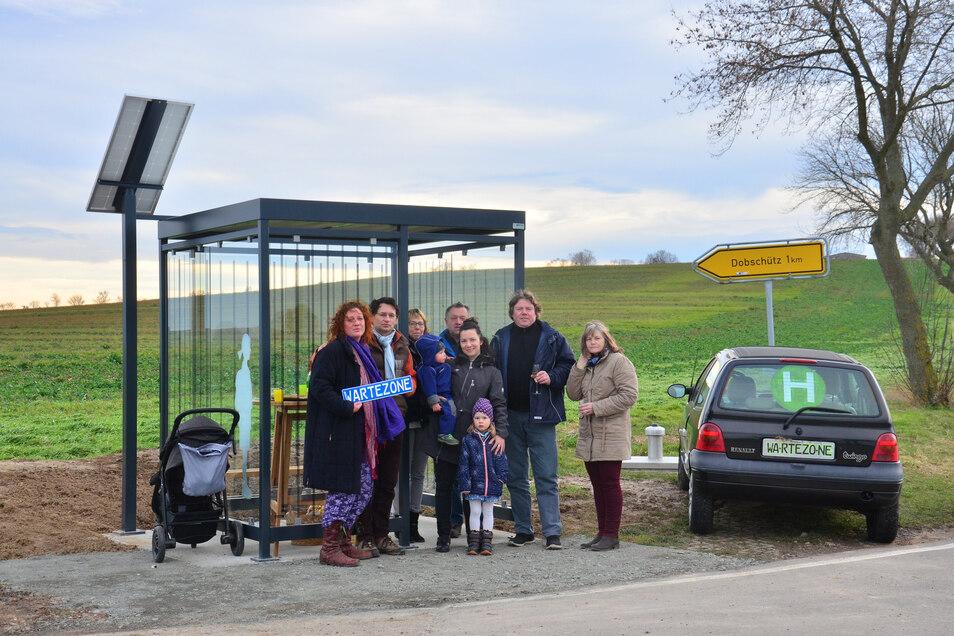 Grund zum Feiern für die Einwohner von Badersen: Statt des Twingos von Nadine Machner (links) steht nun ein Wartehäuschen am Abzweig Badersen/Dobschütz zwischen Perba und Praterschütz in Nossen. Eine Firma hat es gespendet.