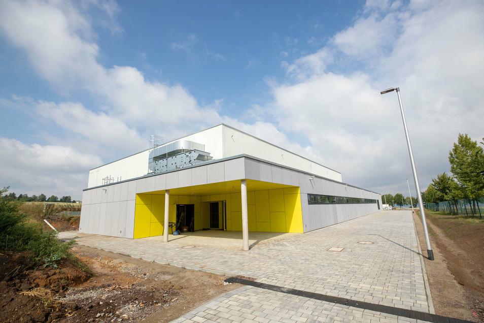 Blick auf die neue Dreifeld-Sporthalle von außen, an der Grund- und Oberschule Am Marienschacht in Bannewitz.