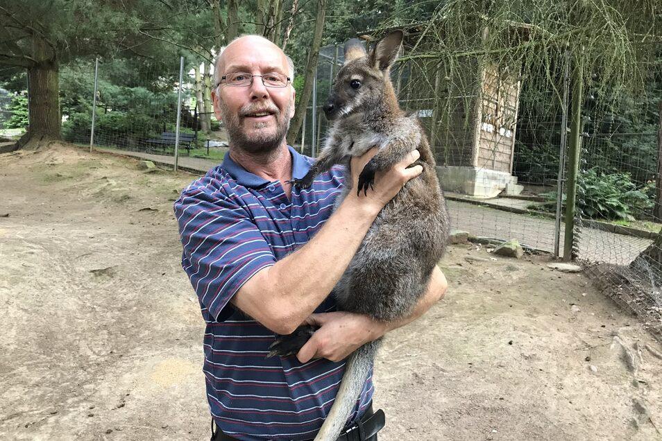 Das Känguru Gertrud zog er gemeinsam mit seiner Frau zu Hause mit der Flasche auf.