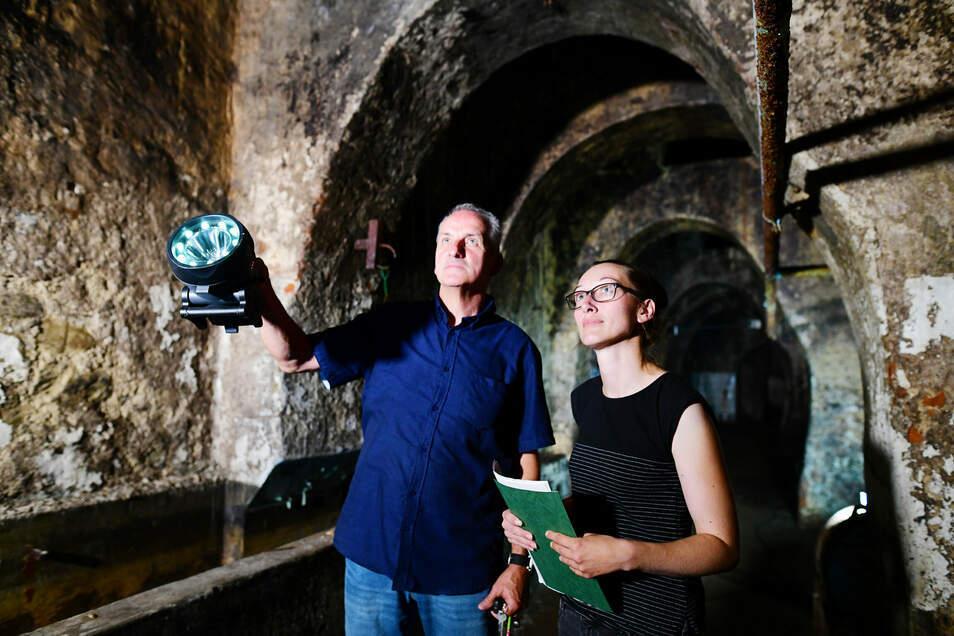 Doreen Pohl und Peter Hoyer führen durch die Keller der einstigen Zittauer Brauerei.