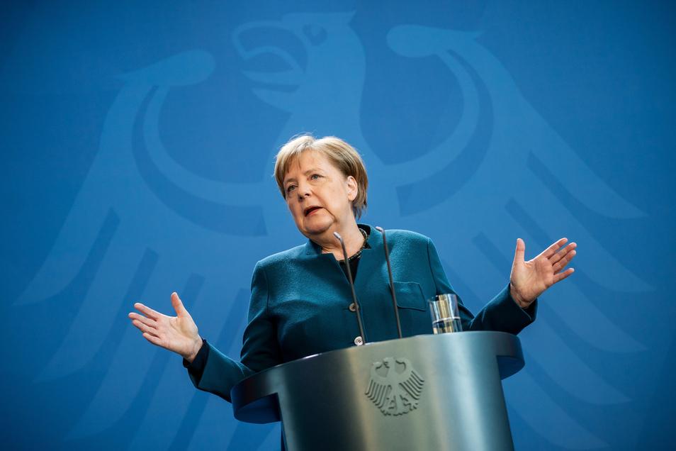 Bundeskanzlerin Angela Merkel arbeitet seit Sonntagabend von zu Hause aus. Ein Arzt, der sie am Freitag vorbeugend gegen Pneumokokken geimpft hatte, ist positiv auf Corona getestet worden.