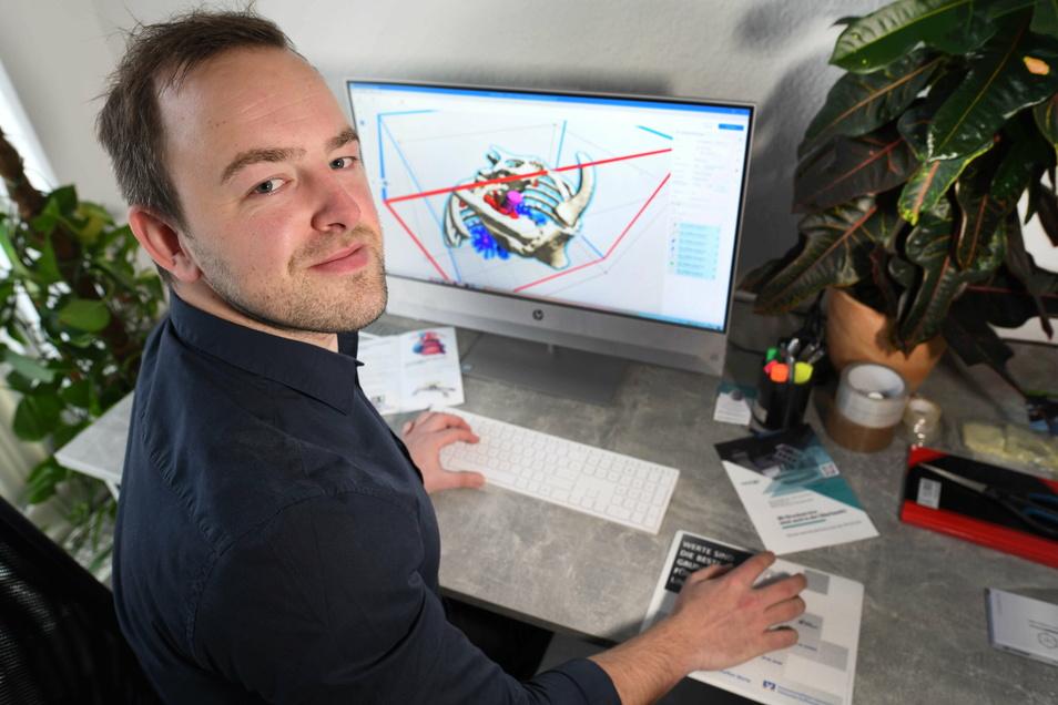 Marcel Richter erstellt in seiner Firma in Neugersdorf am Computer ein 3D-Druck-Modell.