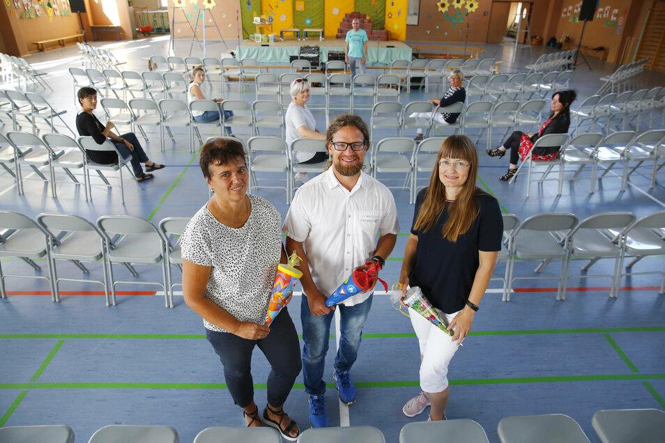 In der Grundschule am Forst in Kamenz wird die Einschulungsfeier vorbereitet. In der Sporthalle wurden Sechser-Stuhlgruppen aufgestellt. Die Klassenleiter Steffi Lochmann, Thomas Bär und Nadin Gailus (v.l.) freuen sich auf ihre ABC-Schützen.