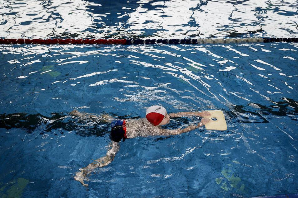 Ein Kind lernt im Görlitzer Neißebad schwimmen.