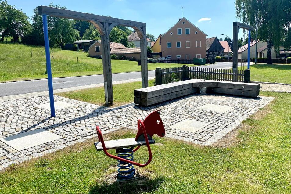So sieht der Rast- und Informationsplatz im Ortsteil Eckartsberg an der Geschwister-Scholl-Straße aus. Weil es im Ort keinen öffentlichen Spielplatz gibt, sind hier auch ein paar Spielmöglichkeiten für Kinder integriert worden. Der Platz ist so angelegt,