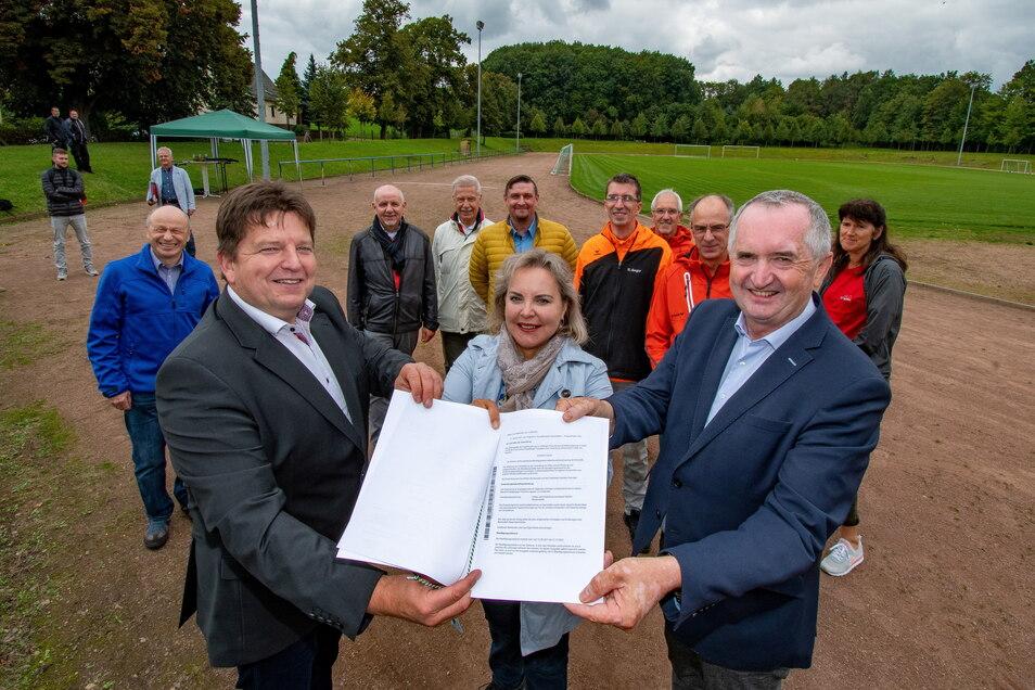 Harthas Bürgermeister Ronald Kunze (links) nimmt den Fördergeldbescheid von der der Bundestagsabgeordneten Veronika Bellmann und Staatsminister Thomas Schmidt entgegen.