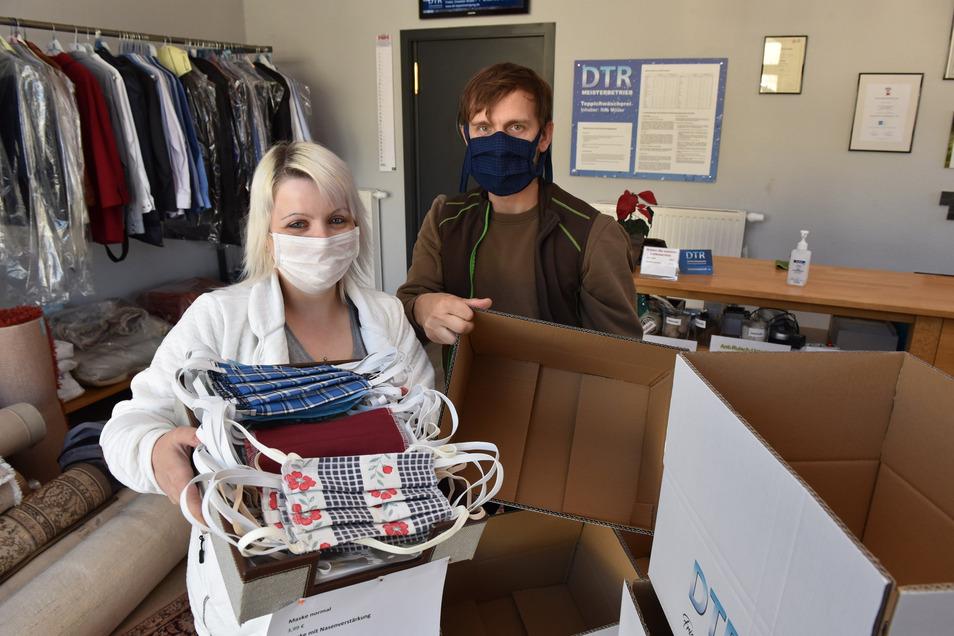 Sindy West und Nils Möller von der Textilreinigung Möller in Freital haben noch einige Schutzmasken im Angebot. Der Großteil ist schon raus, aber täglich gibt es Nachschub.
