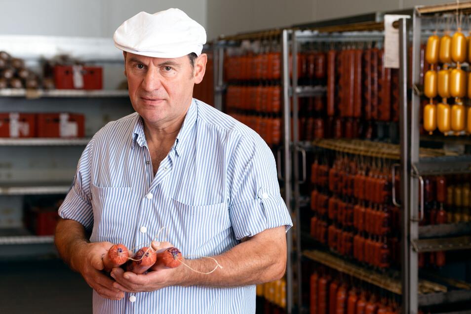Fleischermeister Johannes Augst produziert in Leutwitz und betreibt zurzeit elf Geschäfte. Fünf Verkäuferinnen bzw. Verkäufer würde er sofort einstellen. Auch Quereinsteiger haben bei ihm eine Chance.