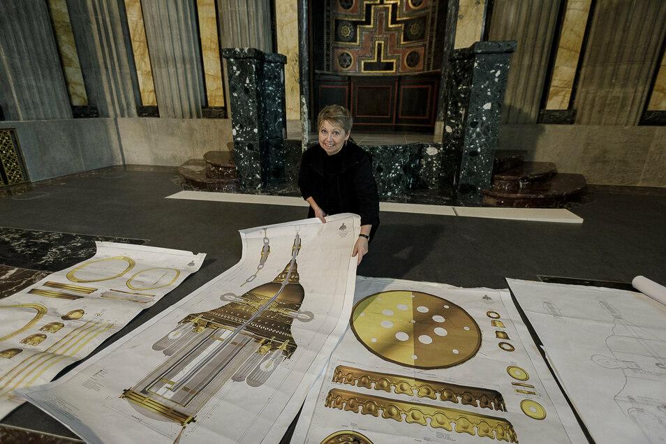 Annette Jacob von Historische Leuchten Jacob in Leipzig hat mit ihrem Kollegen monatelang zu Größe und Aussehen der originalen Leuchter in der Görlitzer Synagoge recherchiert und geforscht. Auf Grundlage ihrer Ergebnisse entwarf sie die jetzt angebrachten