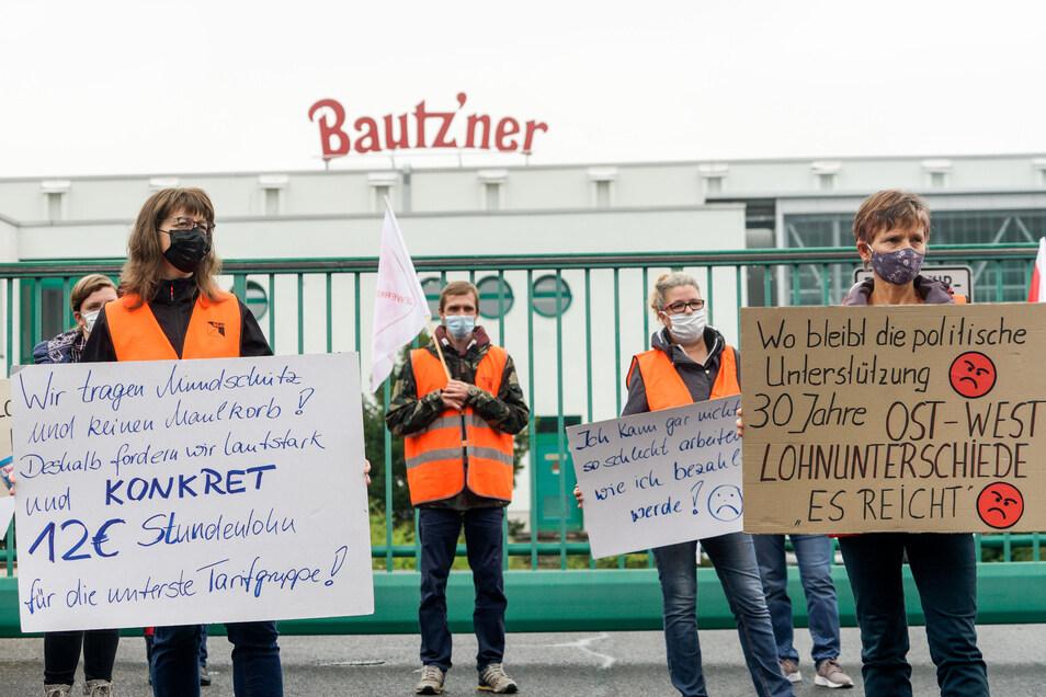 Fordern eine Angleichung ihrer Löhne ans West-Niveau: Mitarbeiter von Bautz'ner Senf streiken vorm Werk in Kleinwelka.