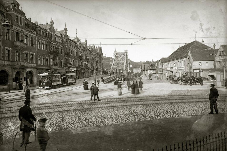 Schillerplatz, 1898 Gleicher Blick: 1893 wurde das Blaue Wunder fertiggestellt. Und seit 1893 fuhr die elektrische Straßenbahn zwischen Schlossplatz im Zentrum und Schillerplatz.