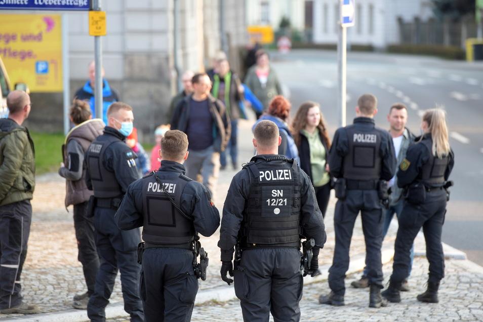 Vereinzelt nahm die Polizei Personalien der Teilnehmer auf.