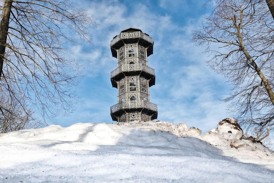 Der gusseiserne Turm - hier im Winter - ist das Wahrzeichen von Löbau und ein sehr beliebtes Ausflugsziel.