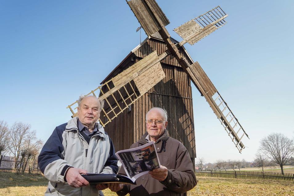 Dieter Petschel (l.) und Andreas Wirth bemühen sich mit einer ganzen Reihe von Unterstützern um den Erhalt des Scharfrichterhauses aus Lissahora. Das soll in diesem Frühjahr umziehen - zur Bockwindmühle nach Luga.