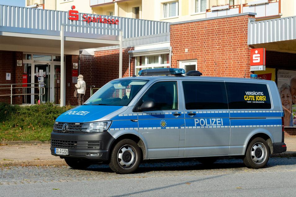 Ein Polizeiauto stand am 1. November 2019 vor der Filiale der Kreissparkasse im Bautzener Allendeviertel. Auch in diese Geschäftsstelle war eingebrochen worden.