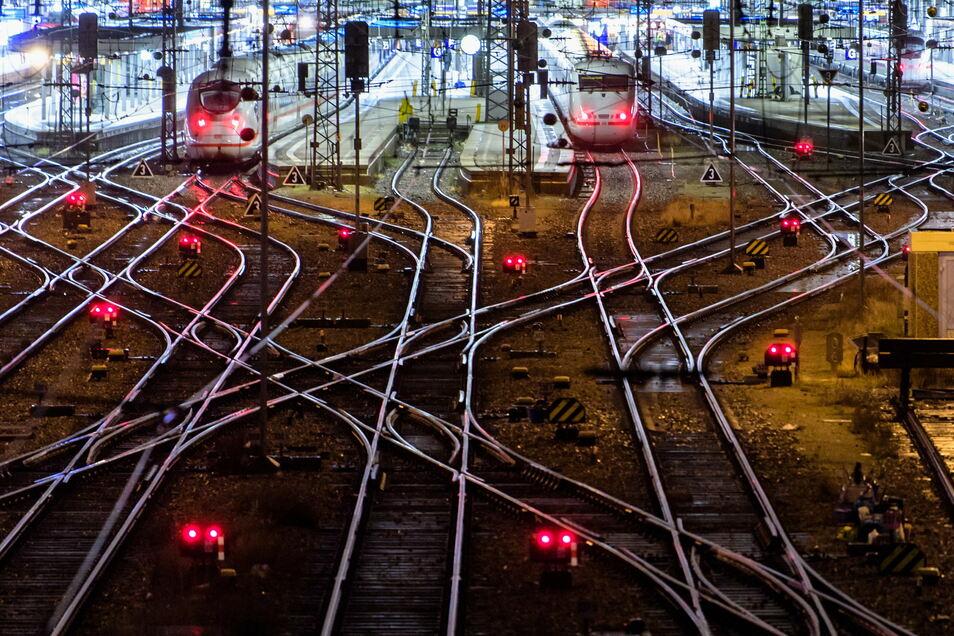 Die Bahn will dem Passagieransturm während der Feiertage begegnen.