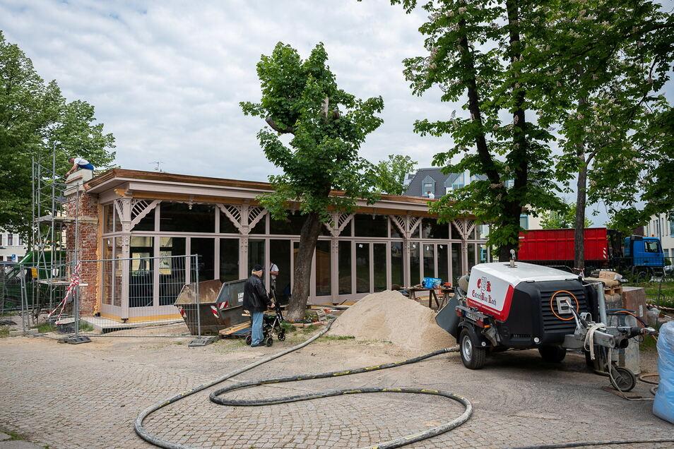 Die neu sanierte Fensterfront des ehemaligen Kassenhäusches der Zwei Linden in Görlitz