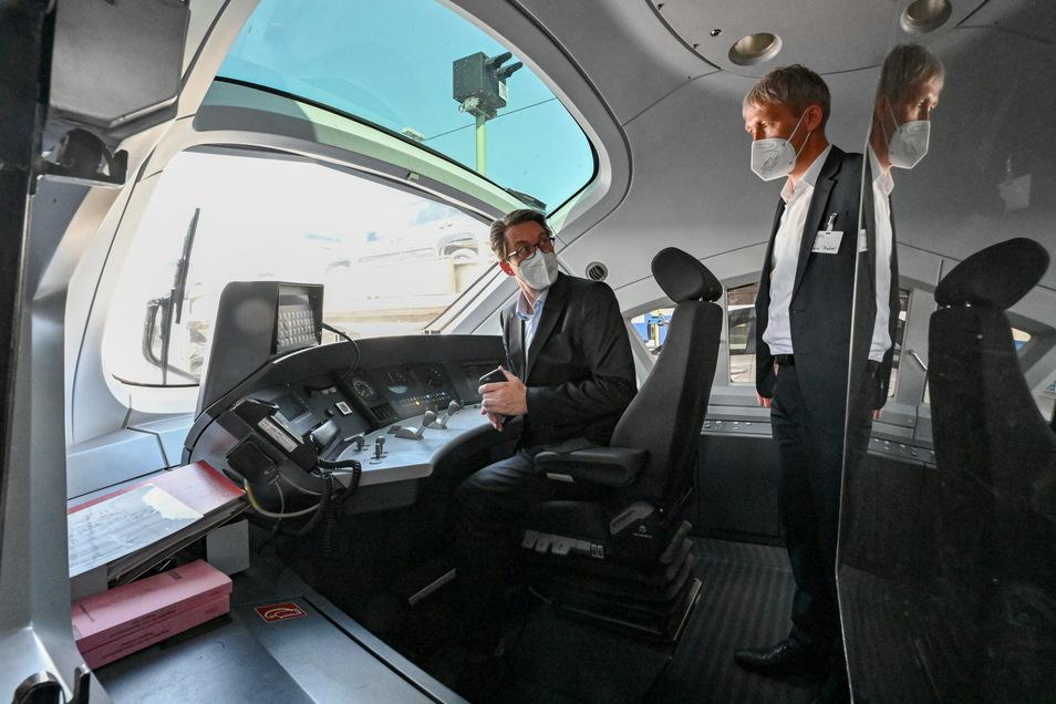 Andreas Scheuer (l, CSU), Bundesverkehrsminister und Tobias Fischer, Leiter Technik Fahrzeuge der Deutschen Bahn AG, sind zur Eröffnung eines digitalen Testfelds der Deutschen Bahn in einem dieselbetriebenen ICE-Testzug.