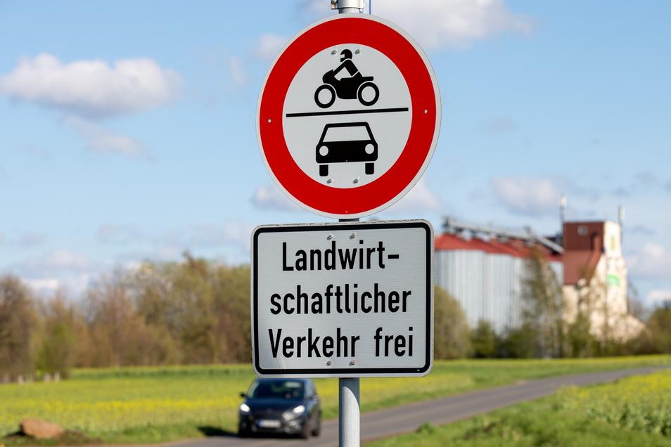 Diese Straße bei Grumbach darf nur von landwirtschaftlichen Fahrzeugen genutzt werden. Doch an dieses Verbot halten sich nicht alle Verkehrsteilnehmer.