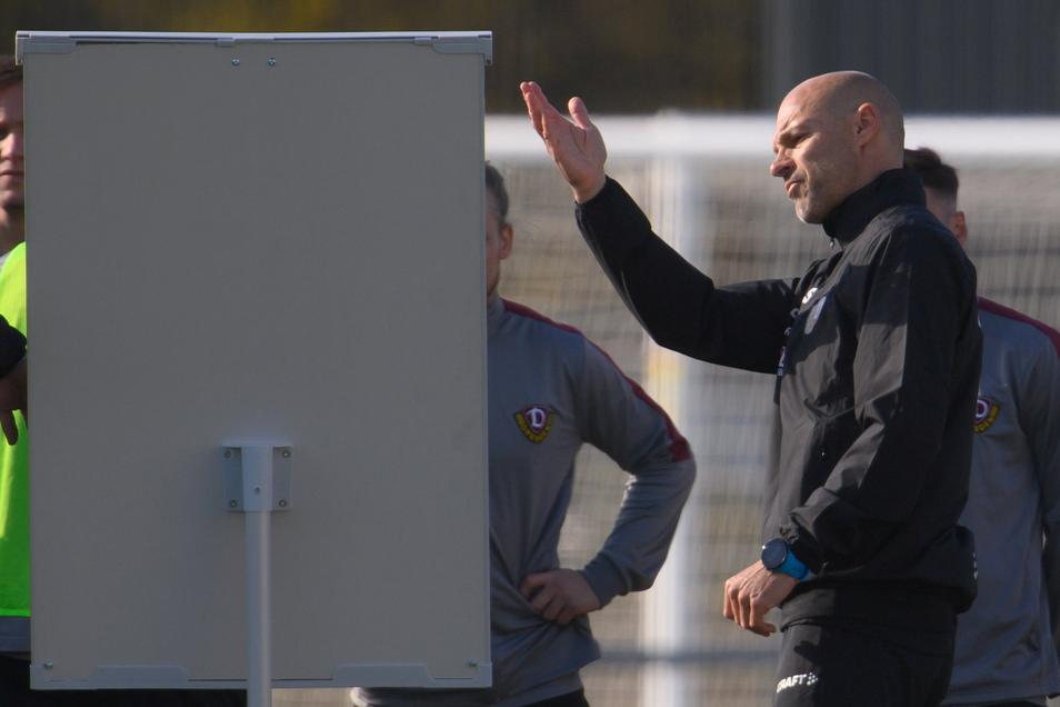 Der neue Trainer Alexander Schmidt setzt auf frühes Anlaufen und Stören. Das vermittelt er seiner Mannschaft auch an der Taktiktafel.