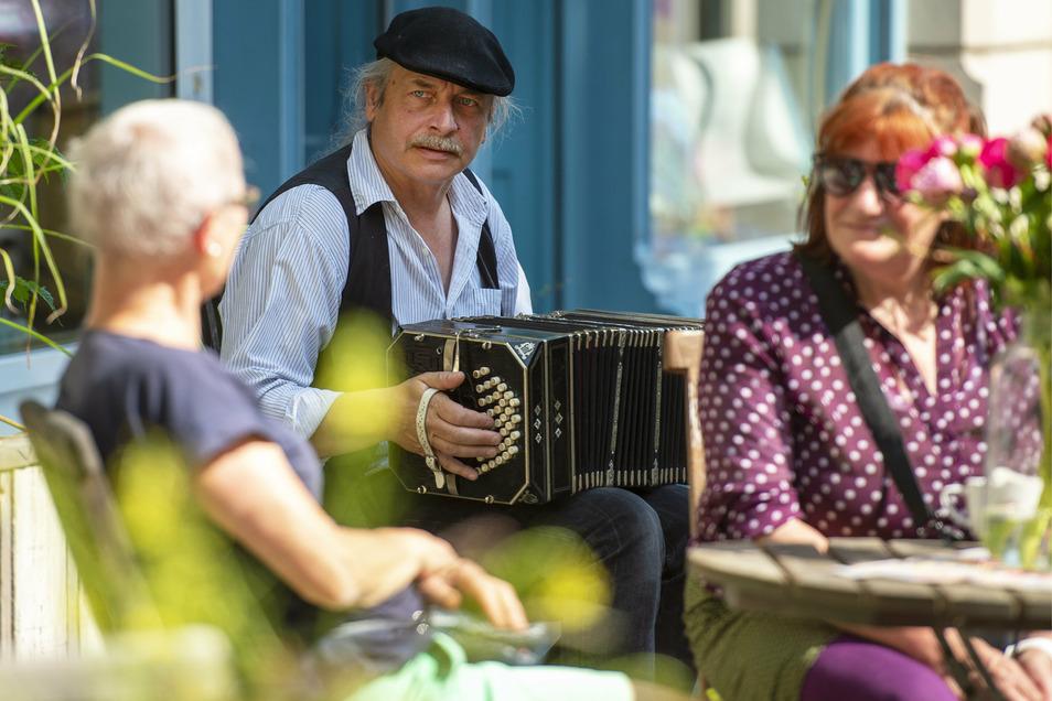 Auch diesen Samstag wird Akkordeonspieler Frank Deutscher für musikalische Unterhaltung am Bürgertreff sorgen.