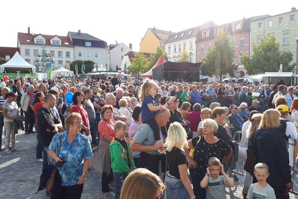 In wenigen Minuten wird der Tag der Sachsen am Rathausplatz eröffnet. Die Besucher warten geduldig.
