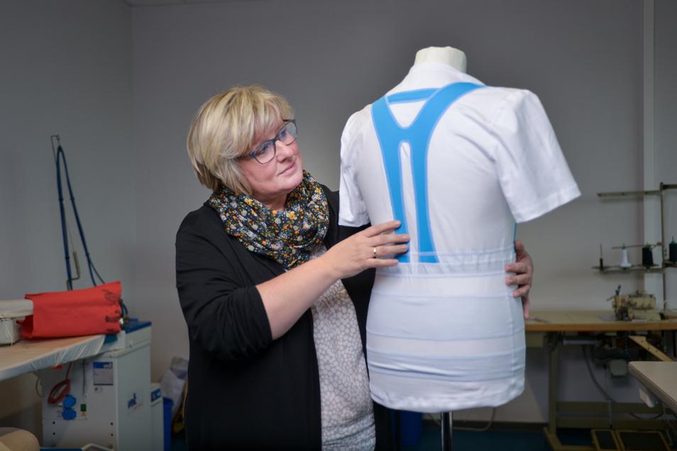 Die Idee für die blauen Streifen wurde speziell für dieses T-Shirt entwickelt. Schneidermeisterin Katrin Havekost fand heraus, wo sie am besten eingesetzt werden.