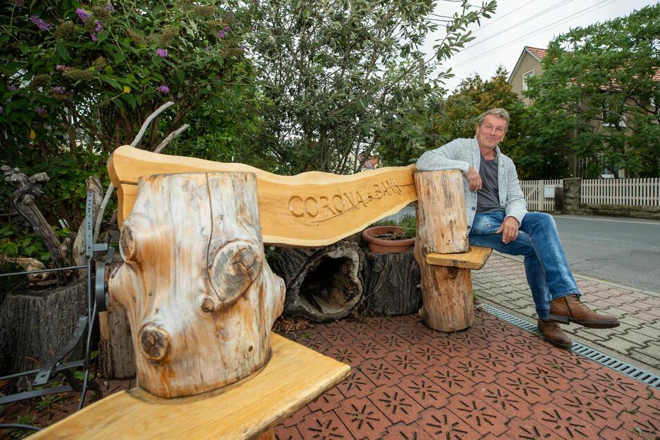 Lars Schlegel aus Birkwitz bei Pirna sitzt auf seiner selbst gebauten Corona-Bank. Diese steht vor seinem Haus, und wer sich setzt, hält den Mindestabstand automatisch ein, da es nur zwei Sitzplätze gibt.