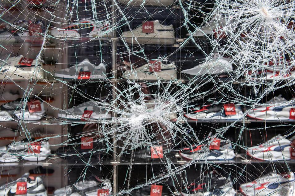 Während der Ausschreitungen in Stuttgart wurden zahlreiche Schaufenster beschädigt.