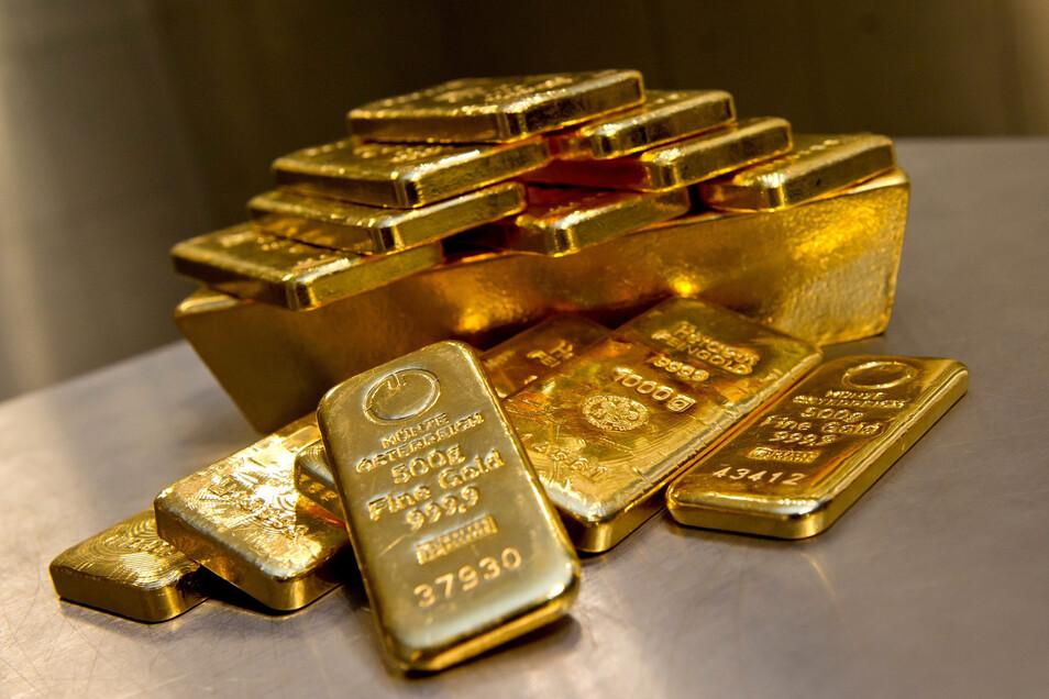 Goldbarren in unterschiedlichen Größen liegen bei einem Goldhändler in München in einem begehbaren Tresorraum.