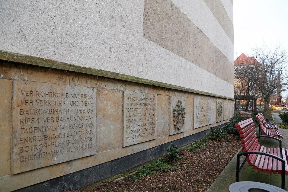 Nicht nur an der Bahnhofstraße erinnern in Riesa Tafeln an historische Ereignisse und Personen.