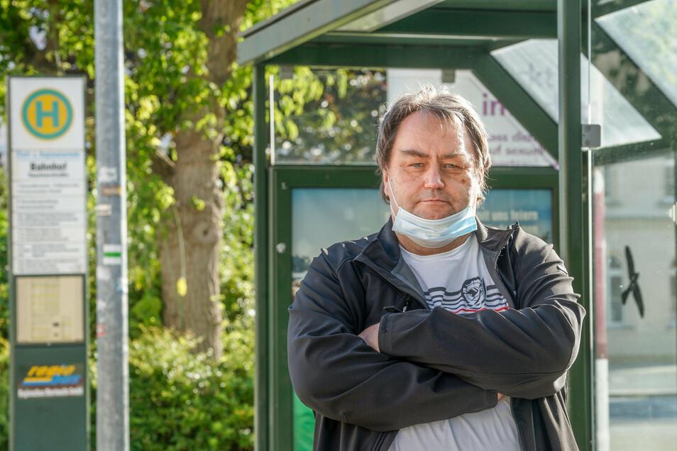 Uwe Hentschel fährt jeden Tag von Bautzen aus mit dem Bus zur Arbeit nach Nebelschütz und überquert dabei die Tarifgrenze zwischen zwei Verkehrsverbünden. Das stellte ihn beim Fahrscheinkauf schon vor große Probleme.