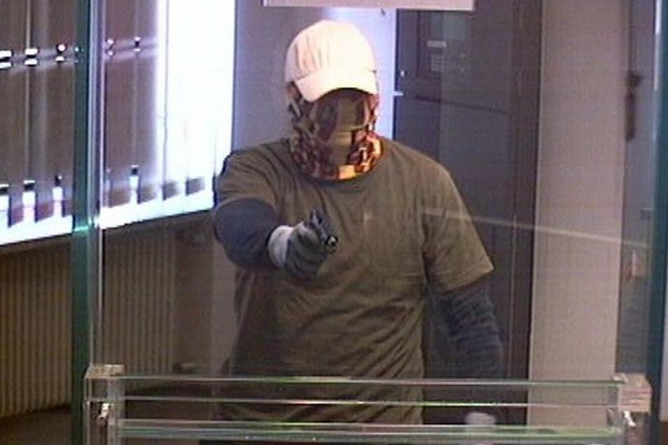 Drei maskierte Täter überfielen 2015  eine Bank in Zabeltitz. Lange war nicht sicher, wer der Dritte ist. Mittlerweile ist er ermittelt.