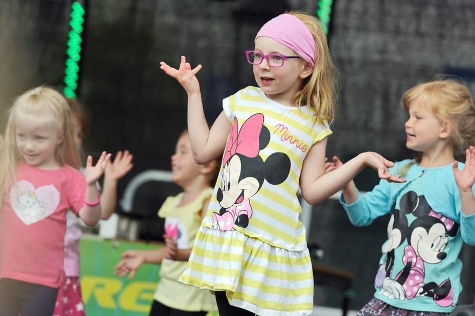 Die Mädchen und Jungen der Villa Kunterbunt begeisterten zum Brunnenfest mit ihrem Programm.