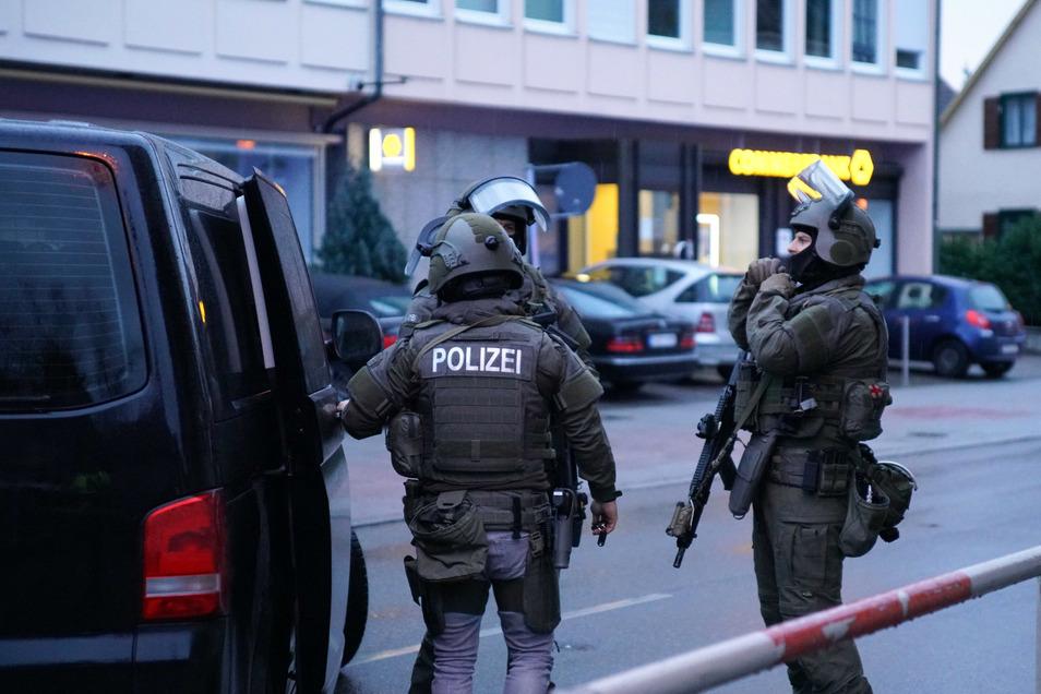 Die Polizei sucht nach einer Auseinandersetzung mit zwei Verletzten in Plochingen nach drei Tatverdächtigen.